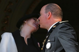 Մոնակոյի արքայազն Ալբերտ II-ը համբուրում է կնոջը՝ արքայադուստր Շարլենին: