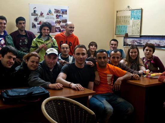 Իգոր Խալաթյանը Երեւանում` երիտասարդ լեռնագնացների հետ: